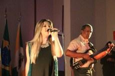 """Anne Raelly cantou """"Tu vens"""", de Alceu Valença, ao lado de Edmundo Oliveira, no violão"""