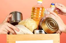 Pra cego ver: Várias mãos segurando alimentos dentro de uma caixa. Fim da descrição.