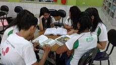 Estudantes realizam coleta de informações bibliográficas