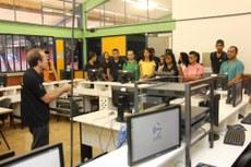 Estudantes do Campus Dianópolis durante visita ao laboratório de redes de computadores do Campus Palmas