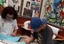 Estudantes durante o processo de criação das telas. Fim da descrição.