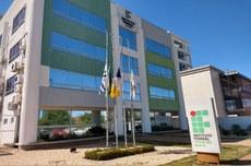Bandeiras estão a meio-mastro na sede da Reitoria.