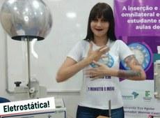 Pra cego ver: Eva fazendo um sinal em Libras durante o episódio do projeto sobre Eletrostática. Fim da descrição.