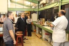 Em um dos laboratórios inaugurados, o técnico explica aos gestores do TCE e IFTO o funcionamento da instalação. Fim da descrição.